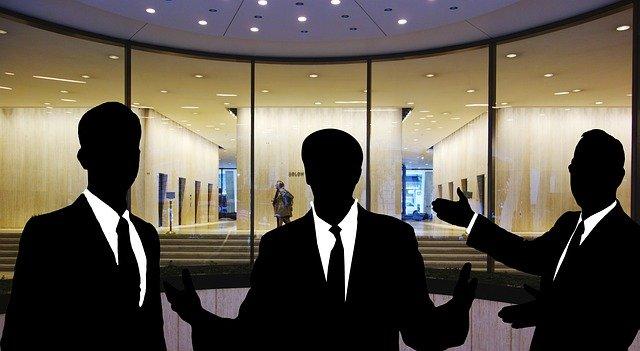 siluety podnikatelů před firmou.jpg