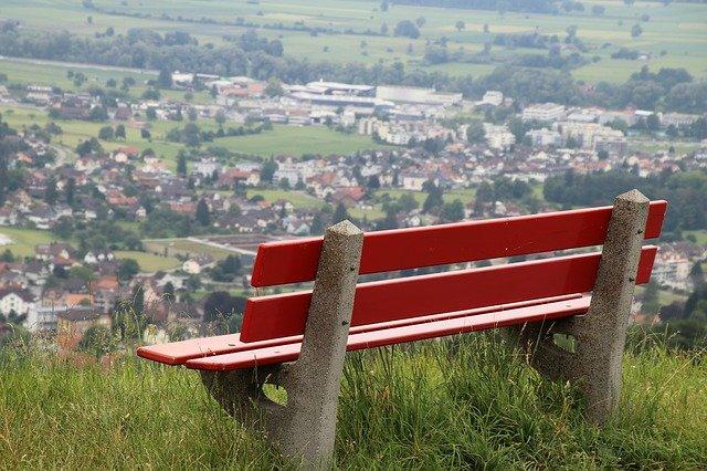 červená lavička.jpg