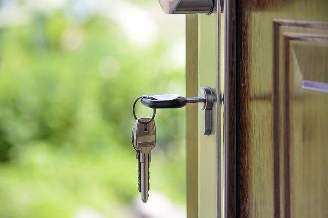 dveře s klíčemi