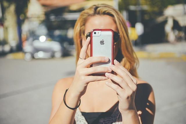 iphone před obličejem