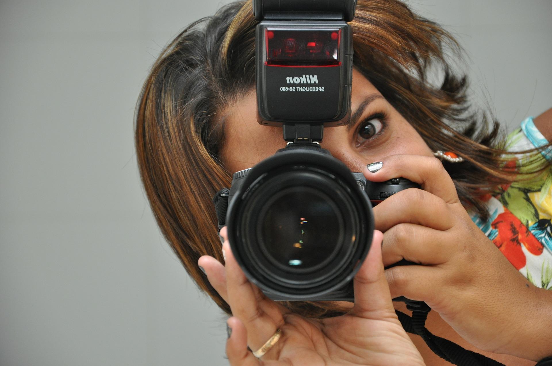 žena s foťákem